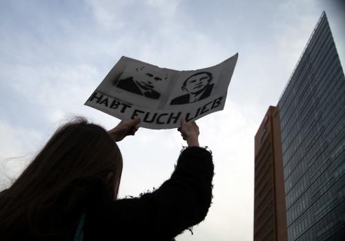 Demonstrantin mit Friedensplakat, über dts Nachrichtenagentur