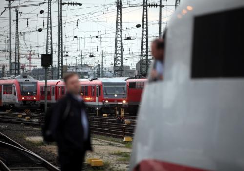 Lokführer unterhalten sich am Gleis, über dts Nachrichtenagentur
