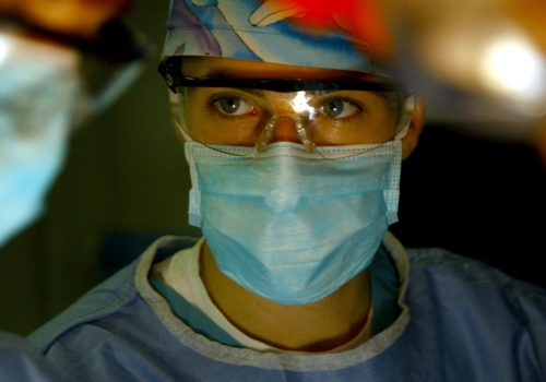 Arzt bei einer Operation, über dts Nachrichtenagentur