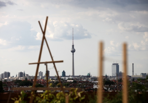 Dachterrasse in Berlin mit Blick auf den Berliner Fernsehturm, über dts Nachrichtenagentur
