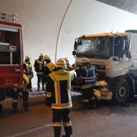 18-08-2015_A96_Kohlbergtunnel_Stetten_Erkheim_Lkw-Unfall_Vollsperrung_Feuerwehr_Poeppel_new-facts-eu0014