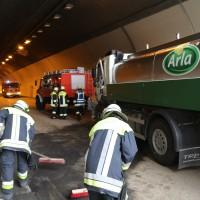 18-08-2015_A96_Kohlbergtunnel_Stetten_Erkheim_Lkw-Unfall_Vollsperrung_Feuerwehr_Poeppel_new-facts-eu0017