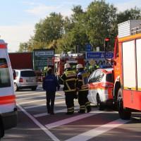 02-10-2015_B312_a7-Berkheim_Lkw-Unfall-drei-Sattelzuege_pkw_feuerwehr_Poeppel0003
