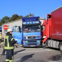 02-10-2015_B312_a7-Berkheim_Lkw-Unfall-drei-Sattelzuege_pkw_feuerwehr_Poeppel0005
