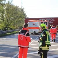 02-10-2015_B312_a7-Berkheim_Lkw-Unfall-drei-Sattelzuege_pkw_feuerwehr_Poeppel0024