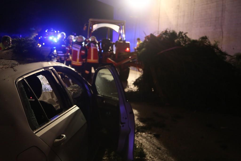 09-10-2015_Unterallgaeu_Wolfertschwenden_Woringen_Unfall_Traktor_pkw_feuerwehr_Poeppel0001
