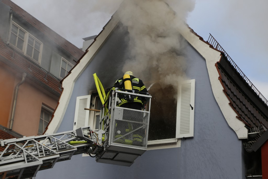 21-10-2015_Memmingen_Zimmerbrand_Theaterplatz_Feuerwehr_Poeppel_new-facts-eu012