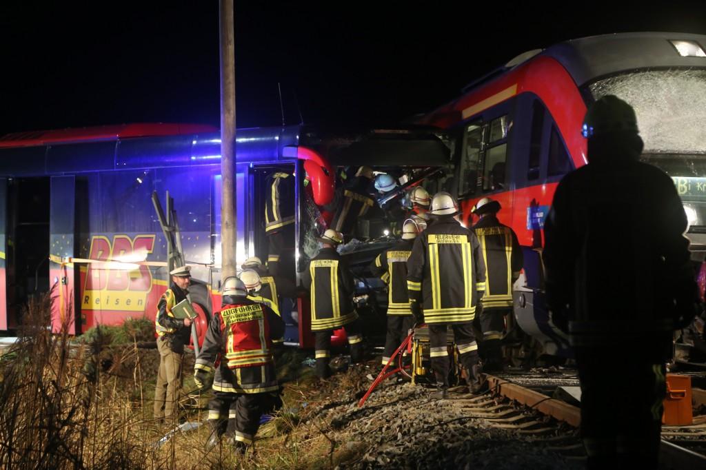 2015_BY_Unterallgaeu_Breitenbrunn_Unfall_Regionalzug_Linienbus_Feuerwehr_Poeppel_new-facts-eu0007