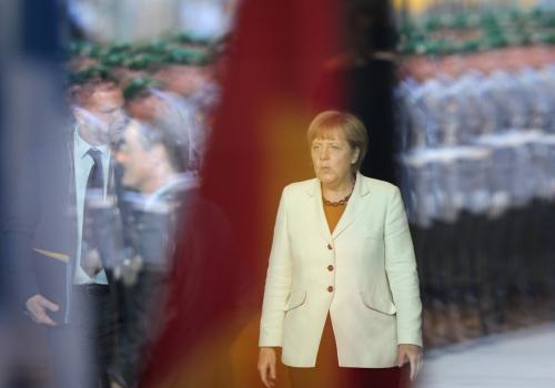 Angela Merkel hinter einer Glasscheibe im Spiegel von Bundeswehrsoldaten, über dts Nachrichtenagentur