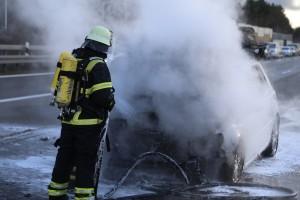 03-01-2016_A7_Memmingen_Unfall_Stau_Pkw-Brand_Feuerwehr_Poeppel_new-facts-eu0011