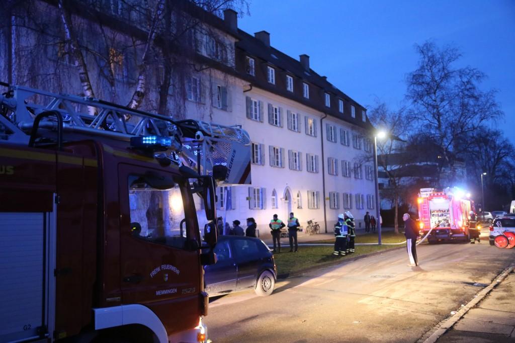 03-01-2016_Memmingen_Metzgerweg_Zimmerbrand_Verletzte_Feuerwehr_Poeppel_new-facts-eu0011
