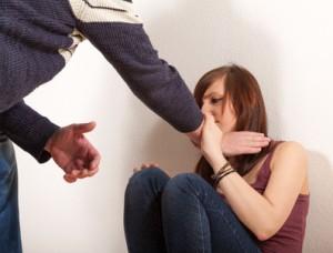 Mann junge Frau würgen