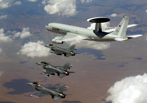 AWACS-Aufklärer Boeing E-3 der NATO mit F-16-Kampfjets, über dts Nachrichtenagentur