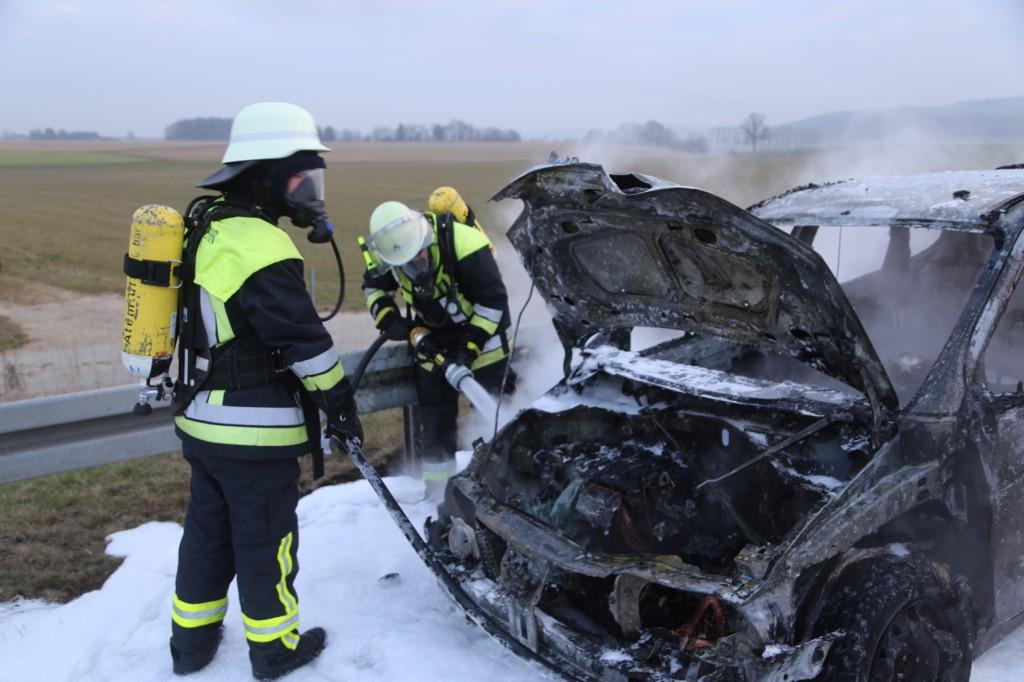 22-03-2016_A96_Erkheim_Holzguenz_Pkw-Brand_Feuerwehr_Poeppel_new-facts-eu006