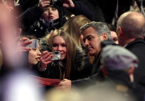 George Clooney mit Fans, über dts Nachrichtenagentur