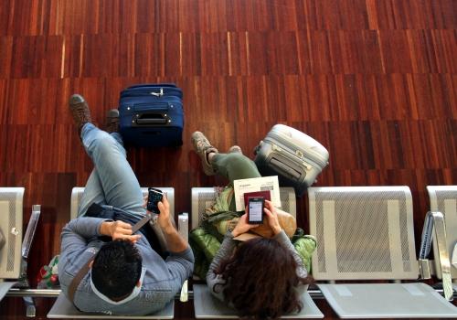 Ein Pärchen wartet am Flughafen, über dts Nachrichtenagentur