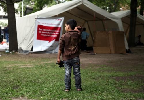 Flüchtlinge an einer Aufnahmestelle, über dts Nachrichtenagentur