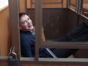 Müdes Lächeln:Die ukrainische Kampfpilotin Nadeschda Sawtschenko wartet vor einem russischen Gericht auf ihr Urteil. Foto:Maxim Shipenkov