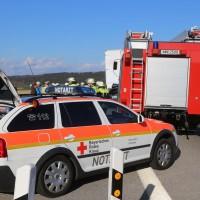 06-04-2016_A96_Holzguenz_Lkw_Pkw_schwerer-Unfall_Feuerwehr_Poeppel20160406_0005