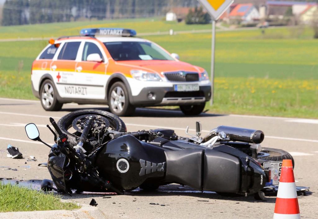 11-04-2016_Unterallgaeu_Ottobeuren_Motorrad_Pkw_Feuerwehr_Poeppel20160411_0002-2