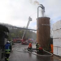 19-04-2016_Biberach_Gutenzell_Brand_Silo_Saegemehl_Feuerwehr_Poeppel20160419_0141