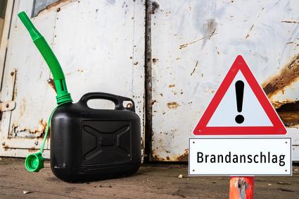 Warnschild Brandanschlag mit Benzinkanister
