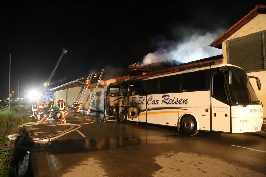 26-05-2016_Unterallgaeu_Bad-Woerishofen_Brand_Reisebus_Parkhaus_Feuerwehr_Poeppel_0102