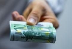 Geldscheine Übergabe