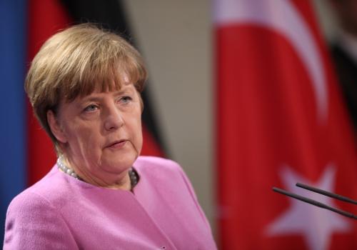 Angela Merkel vor einer Flagge der Türkei, über dts Nachrichtenagentur