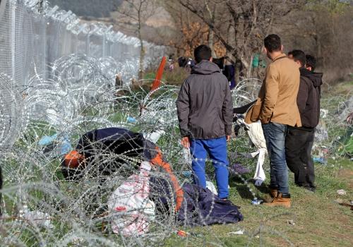 Flüchtlinge auf der Balkanroute vor einem Grenzzaun, über dts Nachrichtenagentur