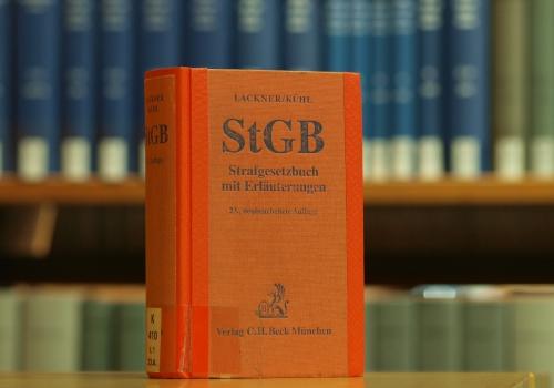 Das Strafgesetzbuch in einer Bibliothek, über dts Nachrichtenagentur