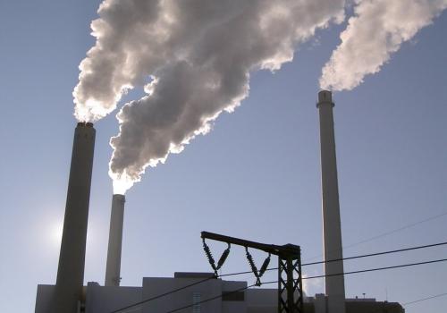 Schornsteine an einer Industrieanlage, über dts Nachrichtenagentur