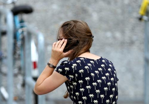 Junge Frau mit Handy, über dts Nachrichtenagentur
