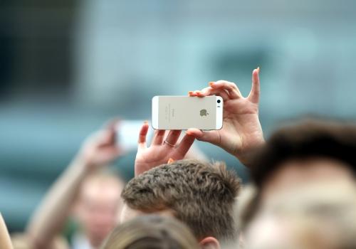 Frau mit iPhone, über dts Nachrichtenagentur