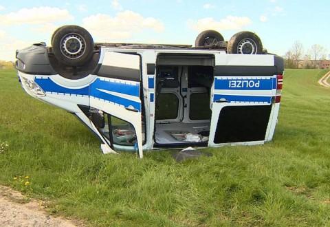 Ein Mannschaftswagen der Polizei liegt kopfüber auf einem Feld bei Ascheberg. Foto: Daniel Friederichs