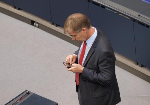 Dietmar Bartsch bei der Nutzung eines Handys, über dts Nachrichtenagentur