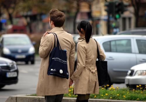 Junges Pärchen mit Einkaufstaschen, über dts Nachrichtenagentur