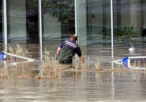 Helfer der Feuerwehr beim Hochwasser-Einsatz, über dts Nachrichtenagentur