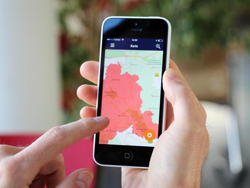 Die NINA-App des Bundesamtes für Bevölkerungsschutz und Katastrophenhilfe (BBK) warnt nun auch standortbezogen vor Gefahren durch Unwetter oder andere Ereignisse. Foto: BBK