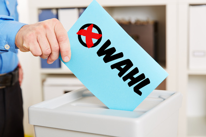 Stimmzettel zur Wahl mit Wahlurne