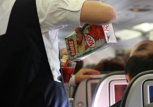 Flugbegleiterin im Flugzeug, über dts Nachrichtenagentur