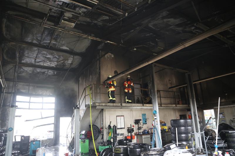 20161111_Ravensburg_Leutkirch_Brand_Werkstatt_Feuerwehr_lFeuerwehr_Poeppel_new-facts-eu_040