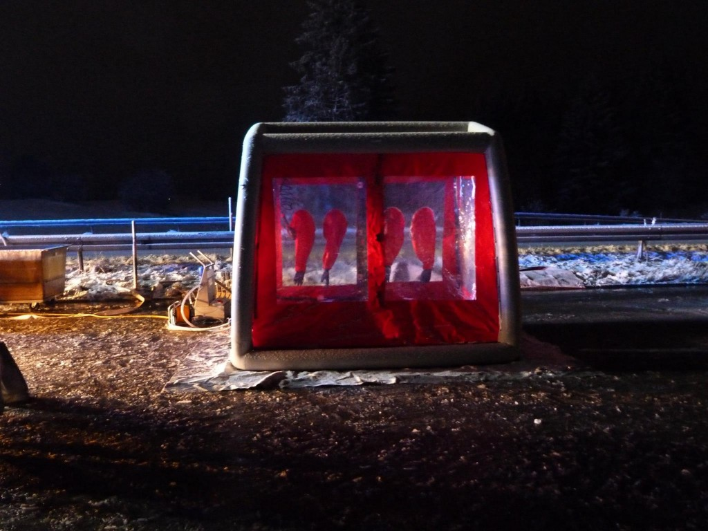 Die Dekontaminationsschleuse. Einsatzkräfe, die mit Schutzanzügen an dem verunfallten Fahrzeug waren, müssen dekontaminiert (gereinigt) werden. Das Abwasser muss durch die Feuerwehr aufgefangen werden und ggfs. durch eine Spezialfimra entsorgt werden. Foto: Feuerwehr Kempten