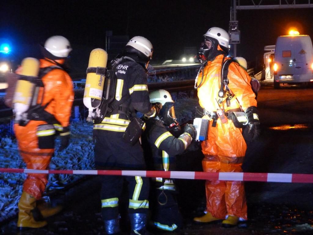 Nach der Reinigung in der Schleuse müssen die Einsatzkräfte nochmals auf eine Strahlenkontamination überprüft werden. Foto: Feuerwehr Kempten