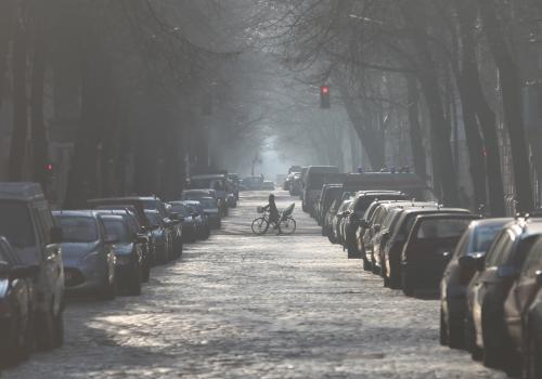 Parkende Autos in einer Straße, über dts Nachrichtenagentur