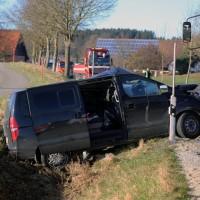 20161206_B465_Bad-Wurzach_Unterschwarzach_Unfall_Frontal_eingeklemmt_Transporter_Pkw_Feuerwehr_Poeppel_new-facts-eu_004