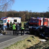20161206_B465_Bad-Wurzach_Unterschwarzach_Unfall_Frontal_eingeklemmt_Transporter_Pkw_Feuerwehr_Poeppel_new-facts-eu_008