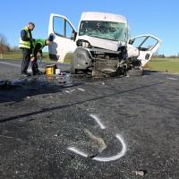 20161206_B465_Bad-Wurzach_Unterschwarzach_Unfall_Frontal_eingeklemmt_Transporter_Pkw_Feuerwehr_Poeppel_new-facts-eu_017