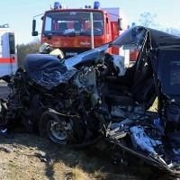 20161206_B465_Bad-Wurzach_Unterschwarzach_Unfall_Frontal_eingeklemmt_Transporter_Pkw_Feuerwehr_Poeppel_new-facts-eu_018