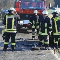 20161206_B465_Bad-Wurzach_Unterschwarzach_Unfall_Frontal_eingeklemmt_Transporter_Pkw_Feuerwehr_Poeppel_new-facts-eu_022